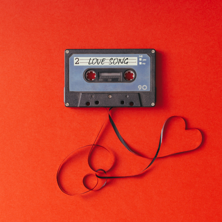 Cassete cassette vintage em fundo vermelho. Conceito de amor.