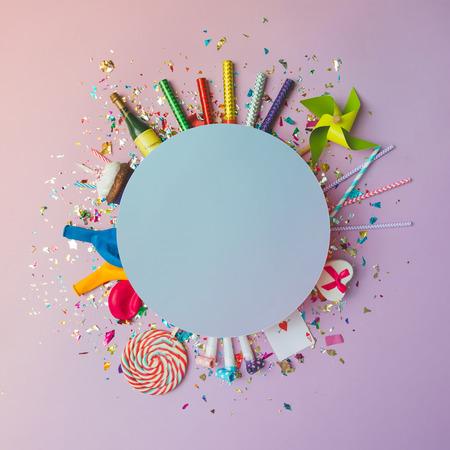 Fundo de celebração colorida com vários confetes de festa, balões, flâmulas, fogos de artifício e decoração em fundo rosa. Leito plano.