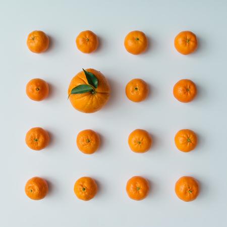 創造的なパターンはみかんとオレンジの明るい背景から成っています。フラット横たわっていた最低限のコンセプトです。 写真素材