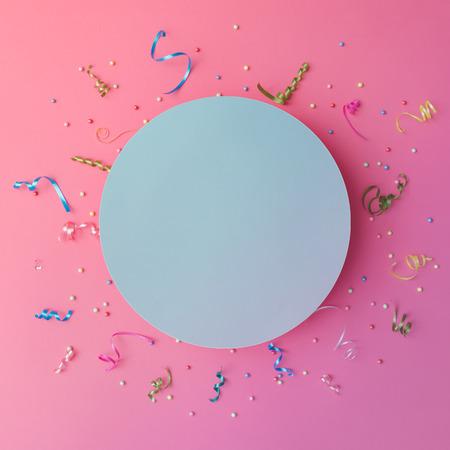 Colorul派對飄帶在粉紅色的背景。慶祝概念。平躺。