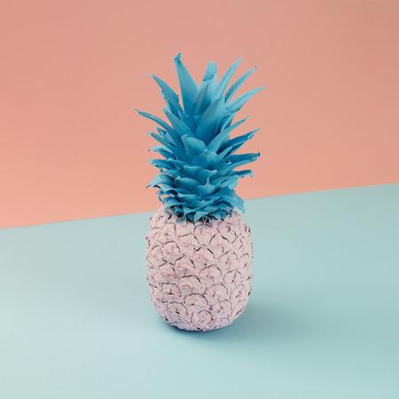 Ananas rosa su sfondo pastello rosa e blu. Stile minimalista. Concetto di cibo. Archivio Fotografico - 68074832