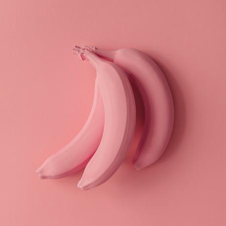 Roze bananen op roze achtergrond. Minimale stijl. Plat leggen. Stockfoto