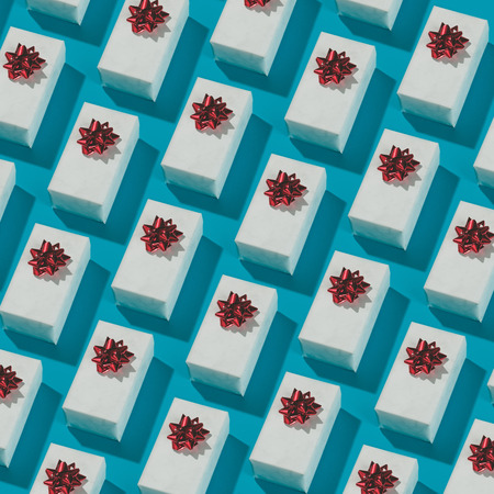 Pattern made of white gift boxes on blue background. Presents in isometric style. Banque d'images