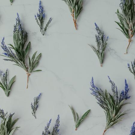 Creativo mock up layout fatto di rami di lavanda con copia spazio sul tavolo. Concetto di posa piatta fatto in casa. Archivio Fotografico - 68074789
