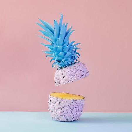 노란색 배경에 핑크 파인애플입니다. 최소한의 스타일. 음식 개념입니다.