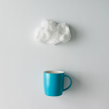 코 튼 양모 구름과 함께 커피 한잔입니다. 평평한 평신도. 날씨 개념 스톡 콘텐츠