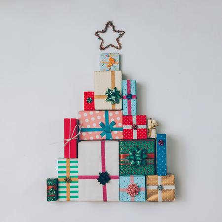 クリスマス ツリーはカラフルなプレゼントとギフトから成っています。フラットが横たわっていた。休日のコンセプトです。 写真素材