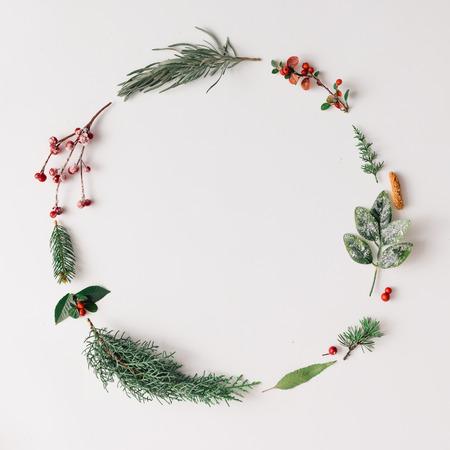 Kerst ronde frame gemaakt van natuurlijke winter dingen. Plat. Stockfoto