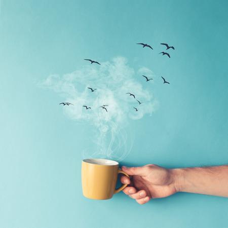 Kopje koffie met stoom, wolken en vogels. Coffee concept. Plat.