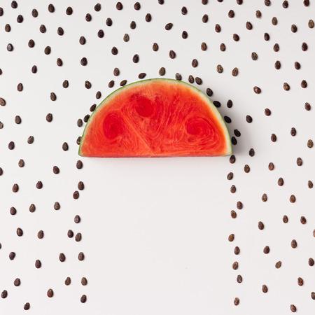 Watermellon, tohum yağmuruyla dilim kesiyor. Düz yatıyordu. Hava durumu kavramı. Stok Fotoğraf