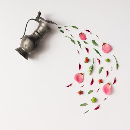 Kopje thee met verschillende natuurlijke kruiden. Plat, Minimal concept. Stockfoto