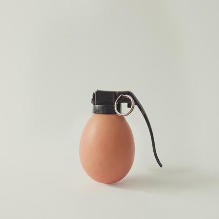 Bomba de granada de ovos em fundo branco brilhante. Conceito de alimentos mínimos. Imagens