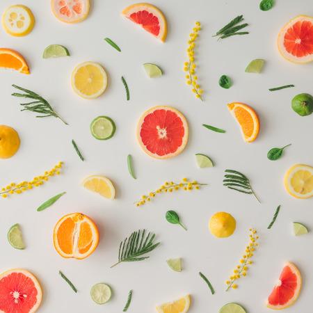 레몬, 오렌지, 자 몽 및 꽃의 다채로운 음식 패턴을했다. 평평한 평신도. 스톡 콘텐츠