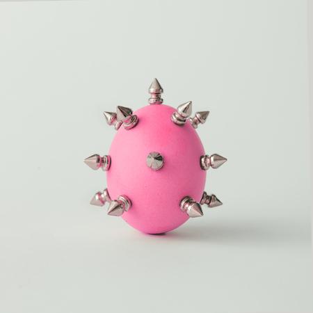 Růžové velikonoční vejce s kovovými trny. Minimální koncept.