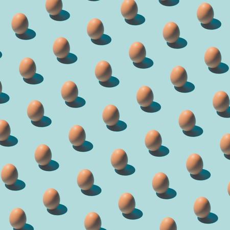 Patroon gemaakt van eieren op pastel blauwe achtergrond. Minimaal voedselconcept.