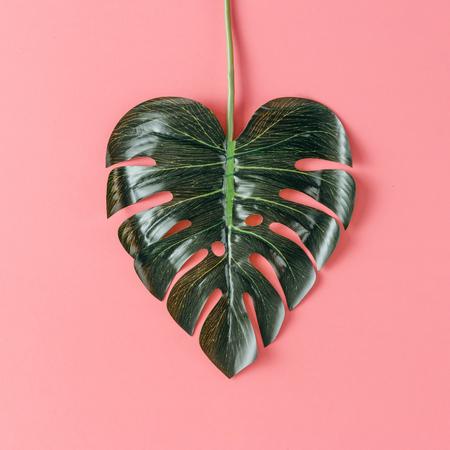 Tropisch blad in de vorm van een hart. Moeders dag liefde concept. Vlak liggen.