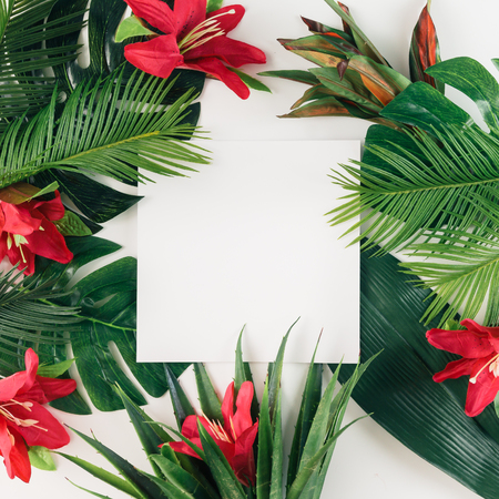 크리 에이 티브 레이아웃 열 대 야자수 잎과 화려한 꽃의했다. 여름 개념입니다. 평평한 평신도.