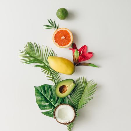 Disegno creativo fatto di frutta e foglie tropicali estive. Pianta piatta. Concetto di cibo. Archivio Fotografico - 76696135