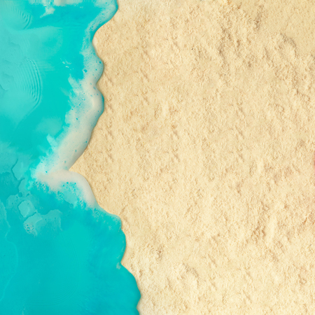 Concepto de playa mínima creativa. Disposición de vacaciones de verano con agua azul y arena sobre fondo brillante. Lecho plano.