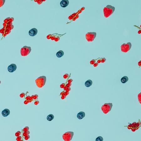 Modello di frutta della foresta su sfondo blu pastello. Pianta piatta. Concetto estivo.
