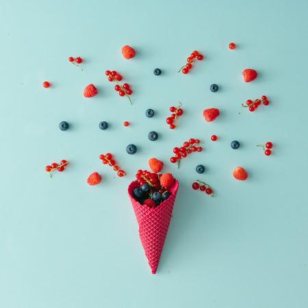 Erdei gyümölcs fagylalt kúp kék pasztell háttér. Lapos feküdt. Nyári koncepció. Stock fotó
