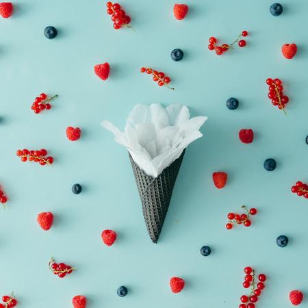 Orman meyvesi desenli dondurma konisinde beyaz �i�ek. D�z yat?yordu. Yaz konsepti. Stok Fotoğraf