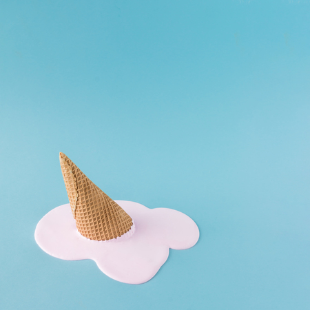 Felső rózsaszín jégkrém a pasztell kék háttéren. Minimalista nyári étkezési koncepció.
