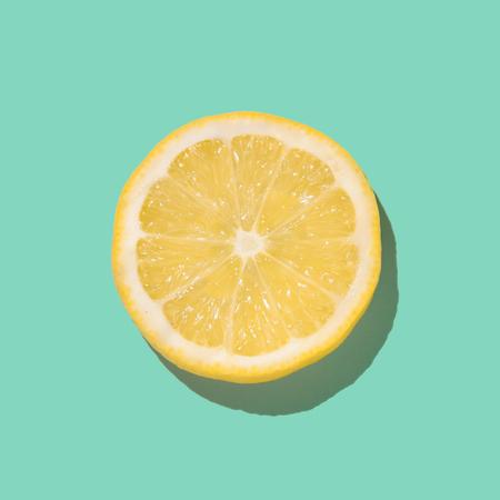 신선한 레몬 슬라이스 밝은 파란색 배경에 닫습니다. 평평한 평신도. 여름 개념입니다. 스톡 콘텐츠