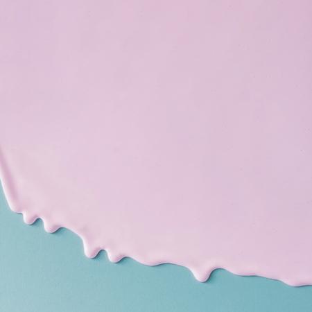 Абстрактные розовые текстуры масляной краски на синем холсте. Минималистский фон с копией.