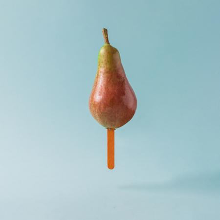 Pear v?i kem d�nh tr�n n?n m�u xanh ph?n. Kh�i ni?m s�ng t?o th?c ph?m. Kho ảnh