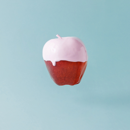 K?rm?z? elma, pastel mavi zeminde dondurma tepesi ile. G?da yarat?c?l?k kavram?.