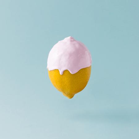 レモン パステル ブルー背景のアイス クリーム トッピング。食品の創造的なコンセプト。 写真素材