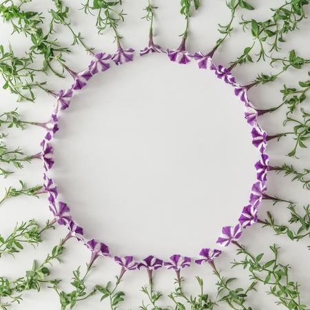Kreatives Layout aus verschiedenen Blumen mit Kopie Raum. Flach lag Natur Hintergrund