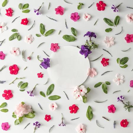 Kreatives Musterlayout gemacht von den verschiedenen Blumen mit Kopienraum. Flach legen. Natur Hintergrund