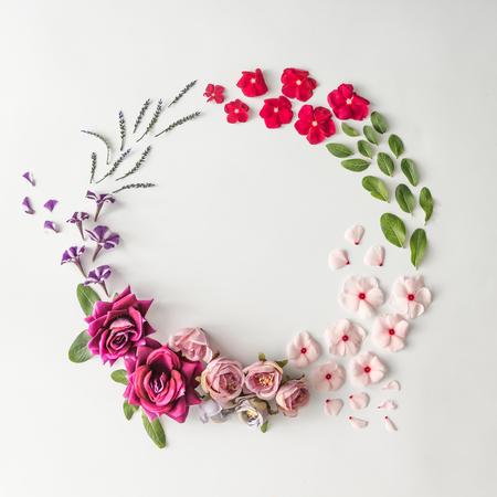 Layout creativo fatto di vari fiori con spazio di copia. Pianta piatta. Priorità bassa di natura Archivio Fotografico - 85113244