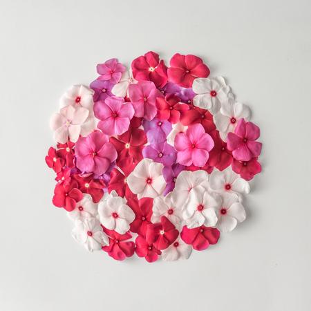 創造的なパターンのレイアウトは様々 な花から成っています。フラットが横たわっていた。自然の背景 写真素材