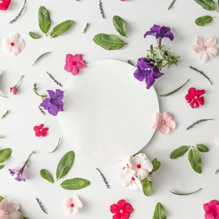 Disegno di modello creativo fatto di vari fiori con spazio di copia. Pianta piatta. Priorità bassa di natura Archivio Fotografico - 85113114