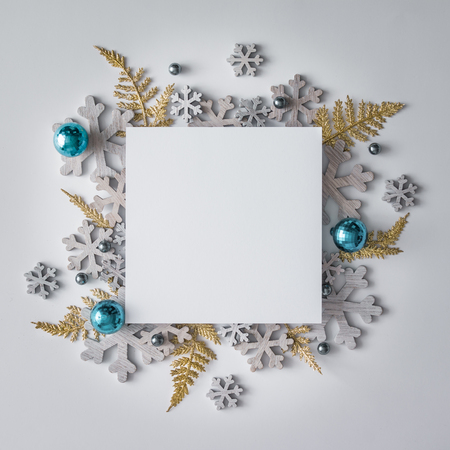 創造的なクリスマスのレイアウトは、冬のクリスマスの装飾および雪から成っています。フラットが横たわっていた。自然新しい年の概念。 写真素材