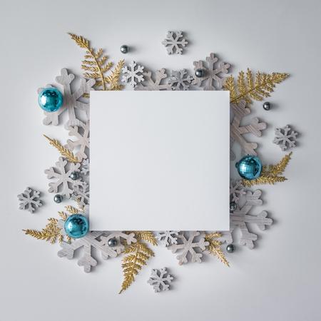 Kreativní vánoční rozložení z vánočních zimních ozdob a sněhových vloček. Ploché leželo. Příroda Nový rok koncepce.