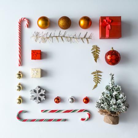 創造的なクリスマスのレイアウトは、冬のクリスマスの装飾から成っています。フラットが横たわっていた。自然新しい年の概念。 写真素材