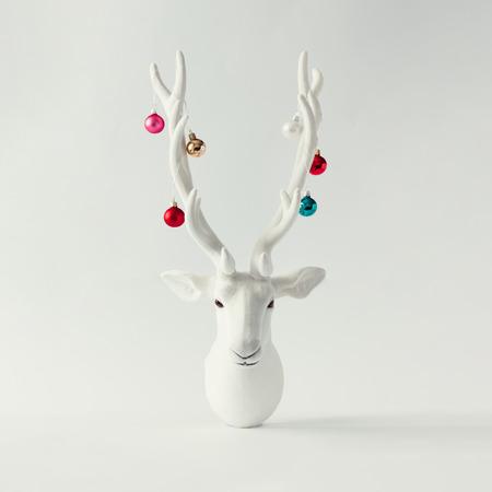 Cabeça de rena branca de Natal com chifres com baubles de natal. Conceito de Ano Novo.