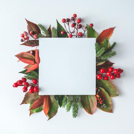 크리 에이 티브 크리스마스 레이아웃 자연의 겨울 장식했다. 평평한 평신도. 자연 새 해 개념입니다.