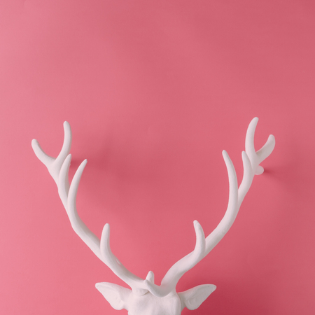 White Christmas reindeer head with antlers on pink hipster background. Flat lay. New Year concept. Zdjęcie Seryjne - 89553701