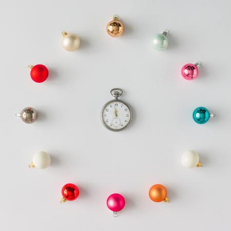 빈티지 시계와 함께 화려한 크리스마스 싸구려 장식입니다. 평평한 평신도. 휴일 개념입니다.