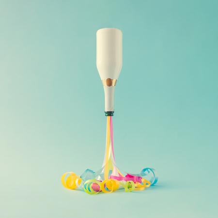 Parti flamalarıyla şampanya şişesi. Parti minimal konsepti. Yılbaşı geri sayımı. Stok Fotoğraf