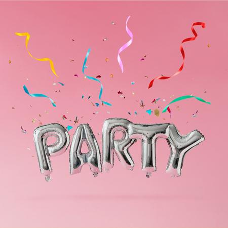 Globos de fiesta con aspersores azules y confeti de colores sobre fondo rosa pastel. Concepto de celebración Foto de archivo