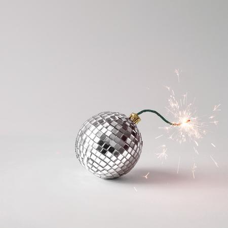 Concepto de bomba fusible de bola de discoteca. Hora de fiesta. Foto de archivo