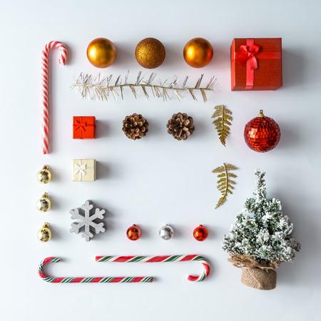 Kreatywny układ świąteczny wykonany z dekoracji świątecznych zimowych. Płaskie leżało. Koncepcja nowego roku natura. Zdjęcie Seryjne