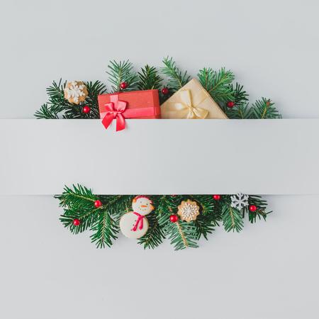 Dekorasyona sahip Noel ağacı dallarından oluşan yaratıcı düzen. Düz yatıyordu. Doğa Yeni Yıl kavramı.
