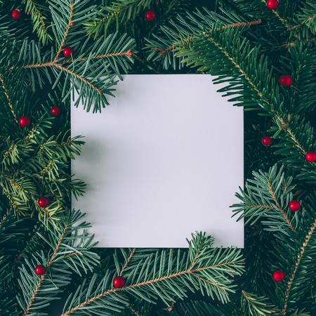 종이 카드 메모와 함께 크리스마스 트리 분기의 크리 에이 티브 레이아웃을했다. 평평한 평신도. 자연 새 해 개념입니다.